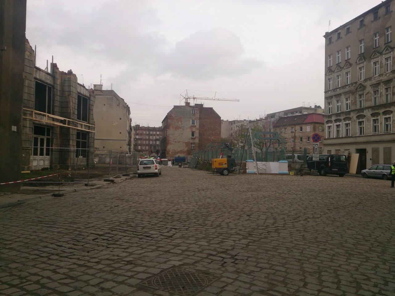 Po prawej metro, po lewej sztuczna ruina
